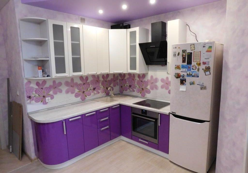 бело-фиолетовая кухня матовая недорогая