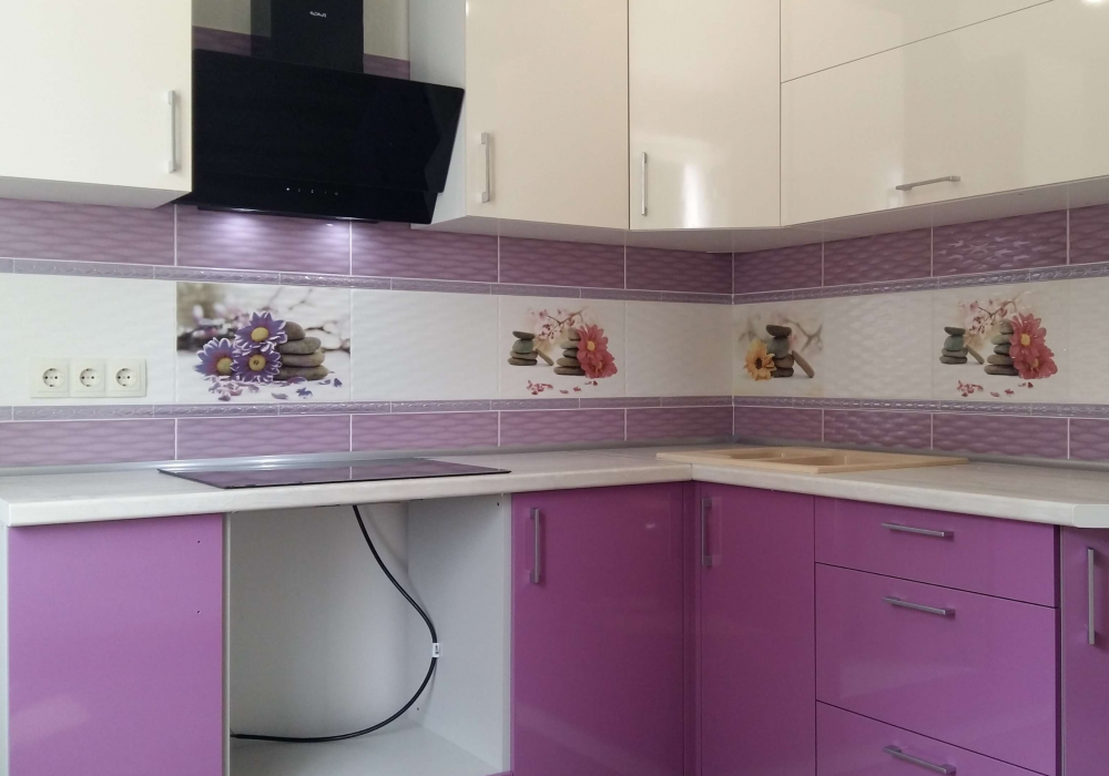 бело-фиолетовая кухня матовая в угол