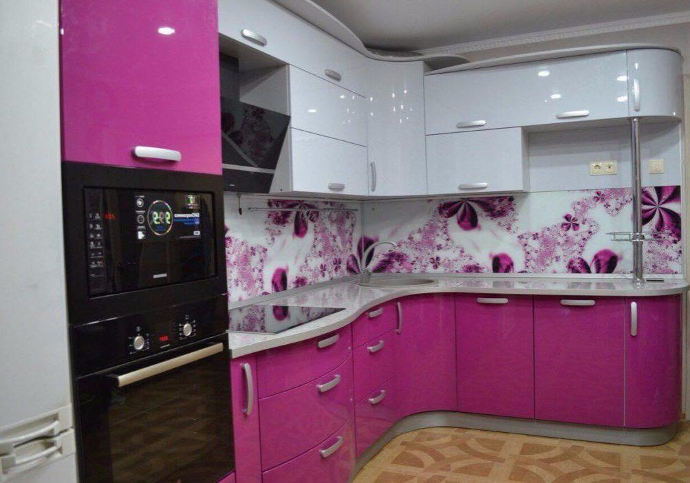 бело-фиолетовая кухня полукругом в угол и барной стойкой