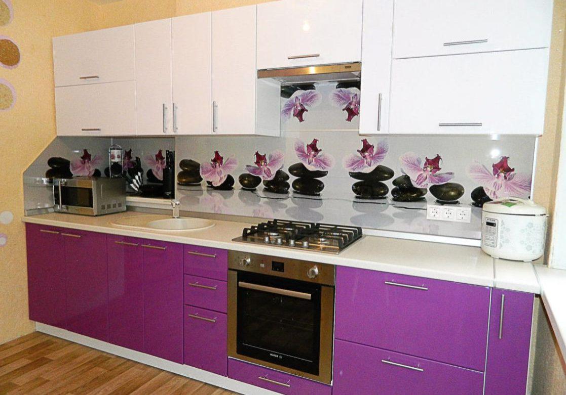 Бело-фиолетовая кухня прямая