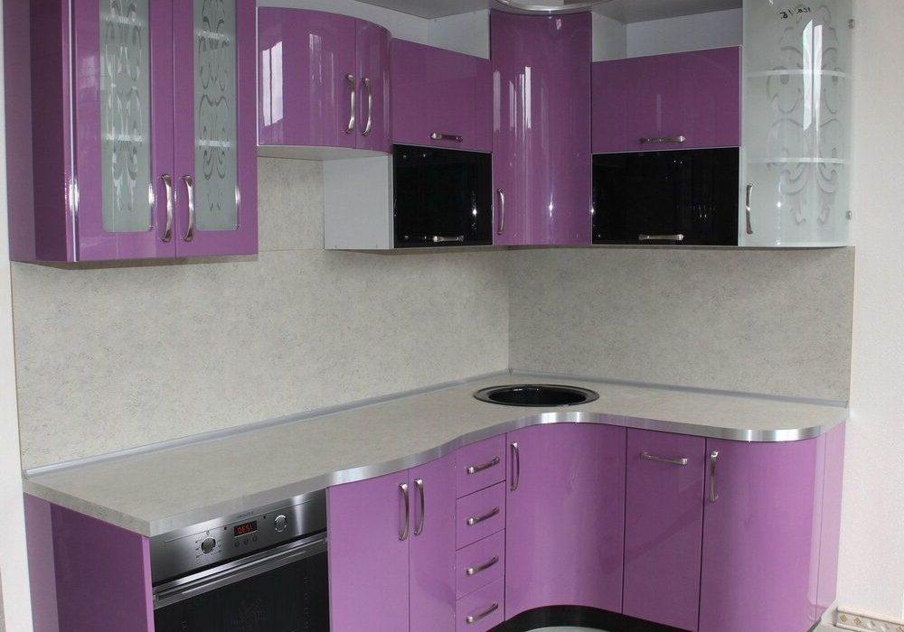 бело-фиолетовая кухня с стеклом угловая