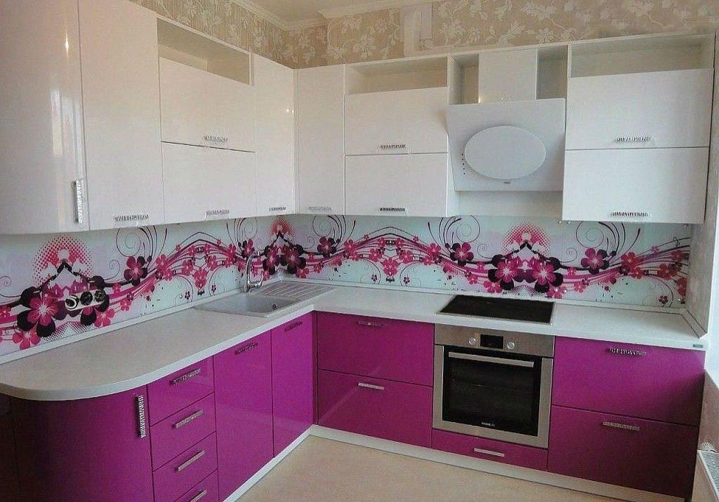 бело-фиолетовая кухня углом