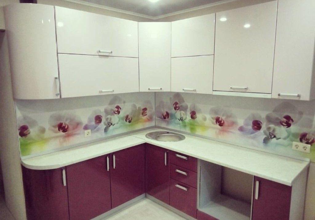 бело-фиолетовая кухня углом маленькая
