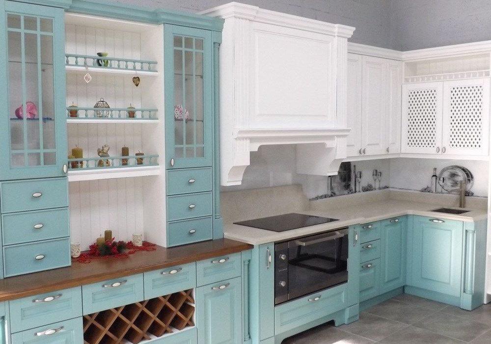 Бело-голубая кухня прованс с фасадами ясень