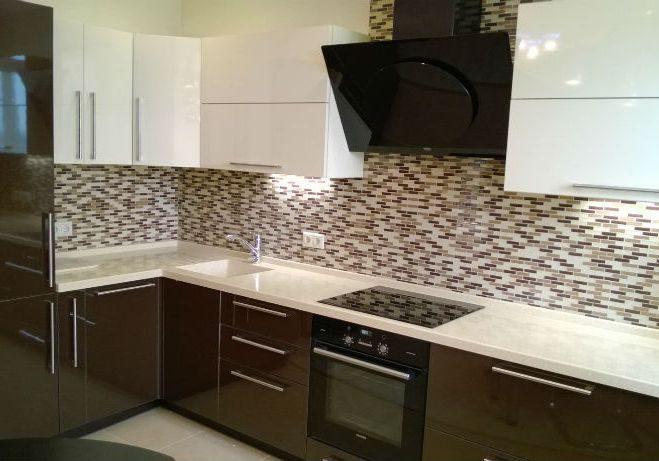 Бело-коричневая угловая кухня глянец