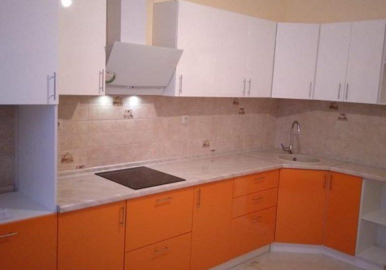 бело-оранжевая кухня матовая угловая