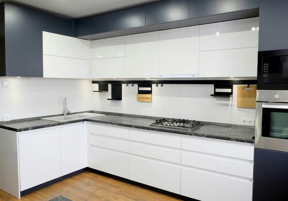 Бело-серая угловая кухня, два уровня