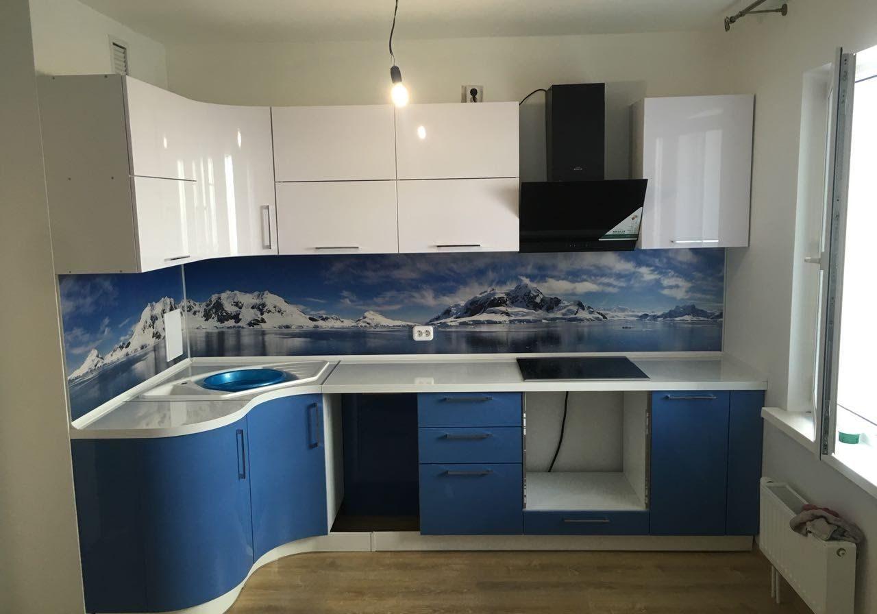 Бело-синяя глянцевая кухня, угловая