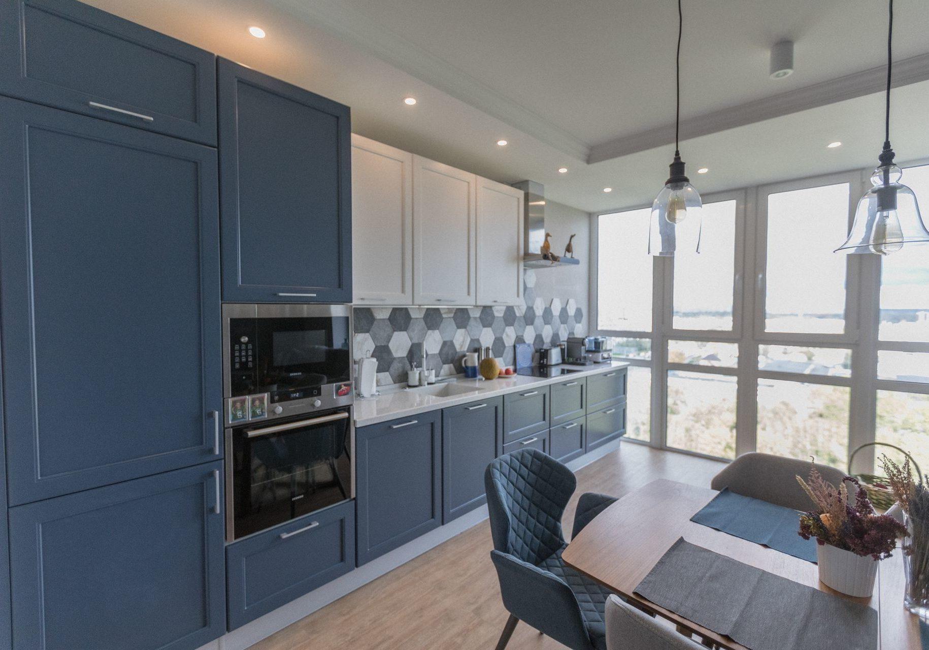 Бело-синяя кухня МДФ крашенный эмалью