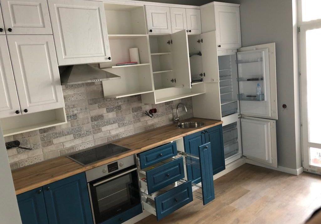 Бело-синяя кухня модерн, матовая с деревом 2