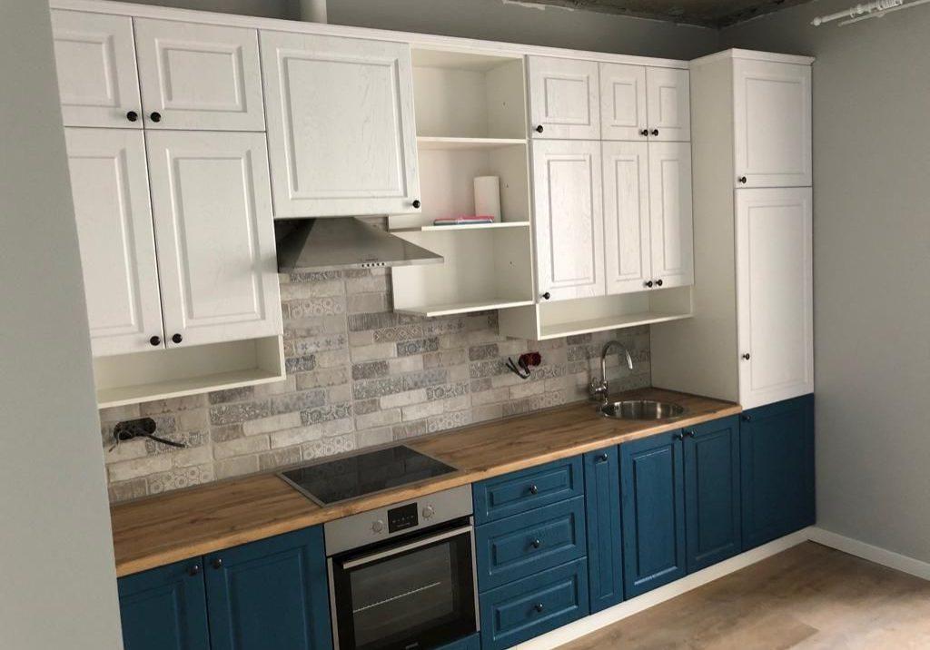 Бело-синяя кухня модерн, матовая с деревом