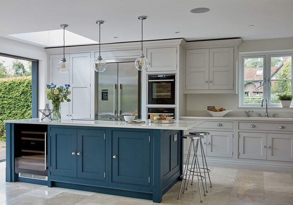 Бело-синяя кухня под окно с островом, прямая матовая модерн