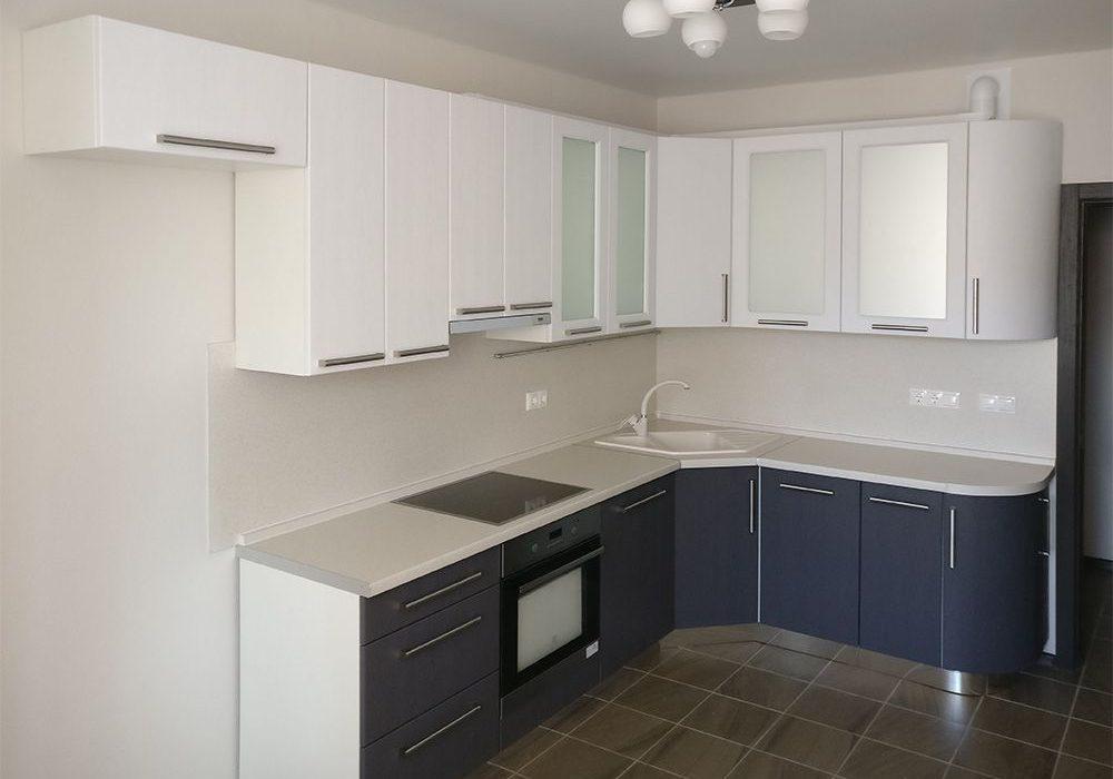 Бело-синяя матовая кухня. угловая