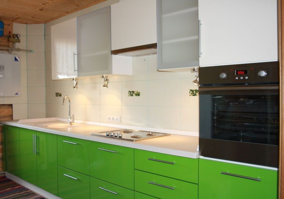 Бело-зеленая кухня для дома