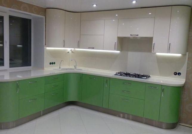 Бело-зеленая кухня под окно