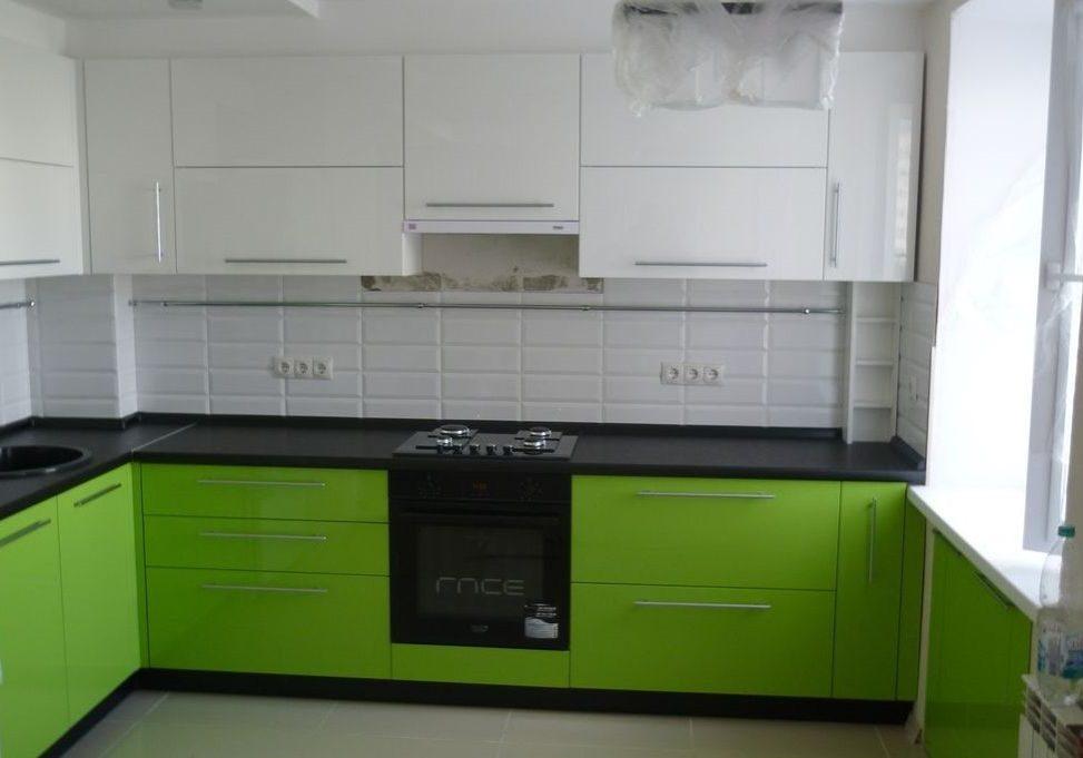Бело-зеленая кухня с черной столешницей