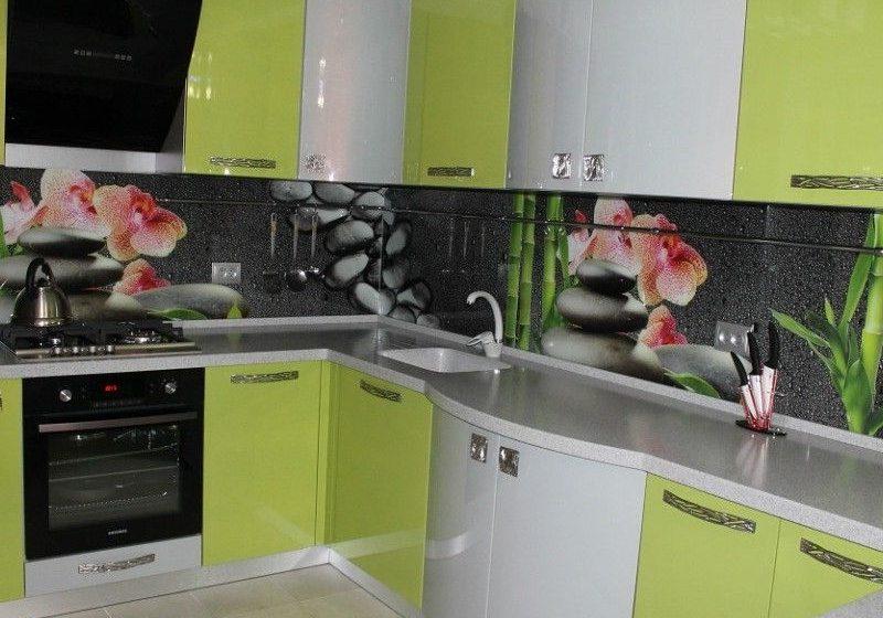 Бело-зеленая кухня с радиусными фасадами