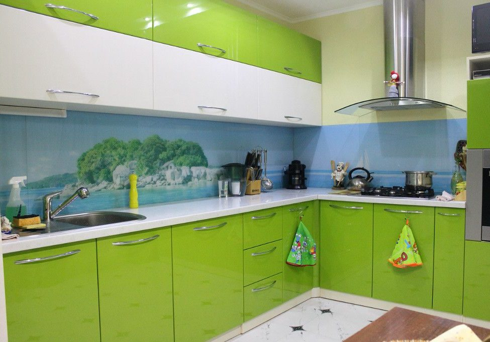 Бело-зеленая кухня со скинали