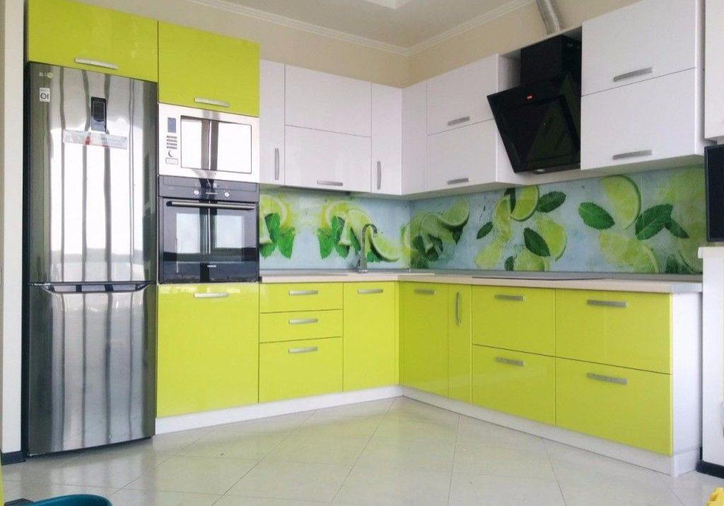 Бело-зеленая кухня угловая, лайм, фасады МДФ эмаль