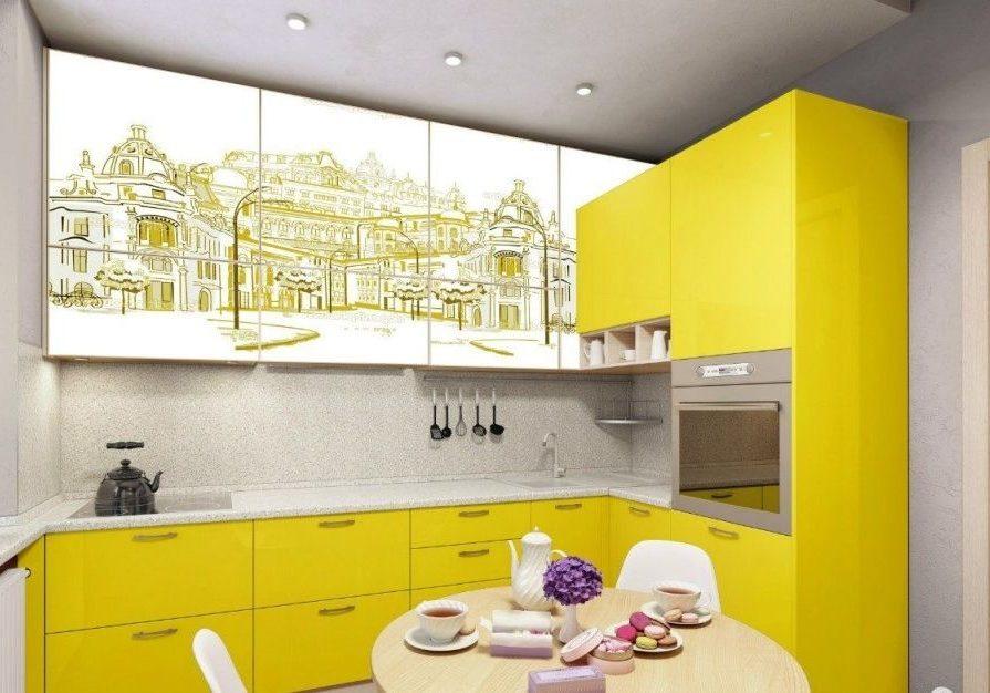 Бело-желтая кухня с рисунком, в угол