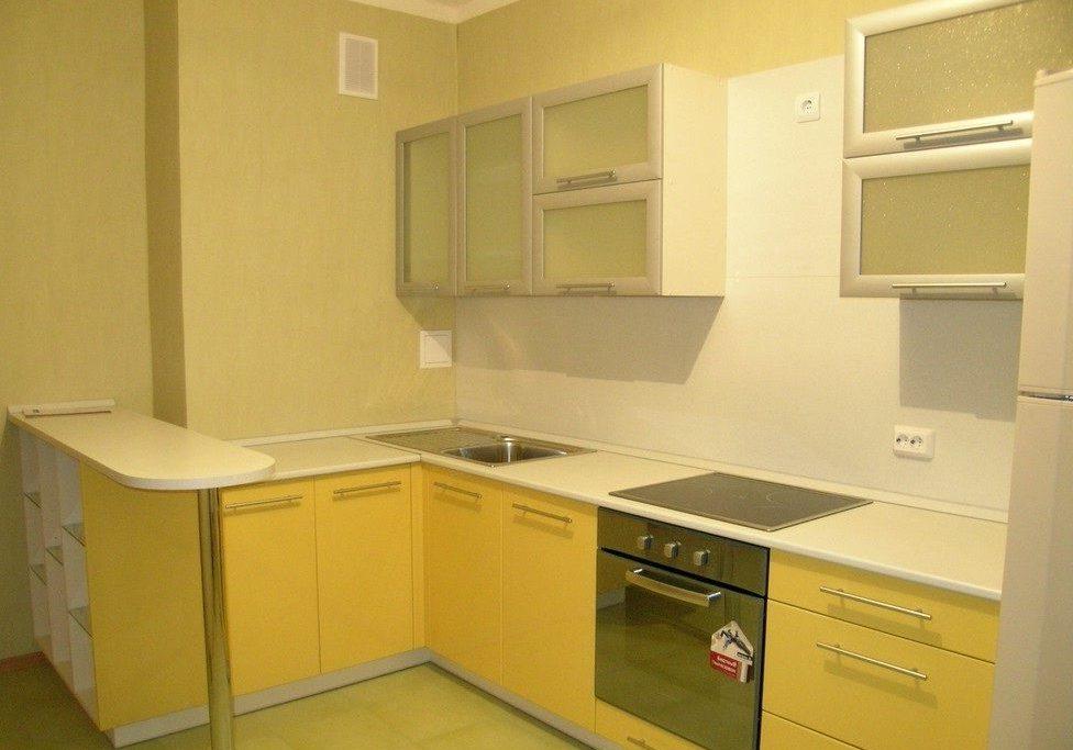 бело-желтая кухня, угловая с барной стойкой