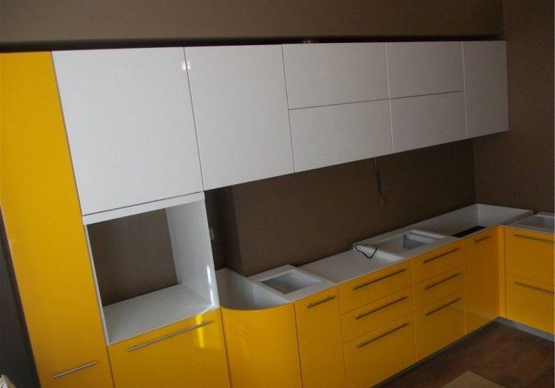 Бело-желтая угловая кухня без столешницы