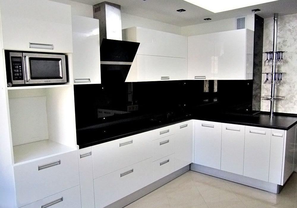 Белые глянцевые кухни с черной столешницей