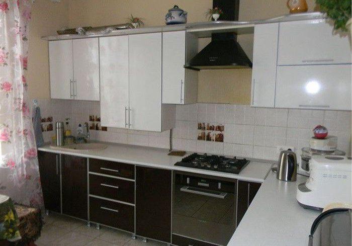Белый верх, черный низ кухня из пластика