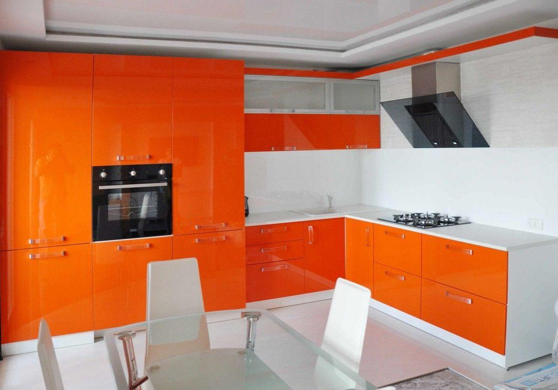 Большая бело-оранжевая кухня угловая глянец