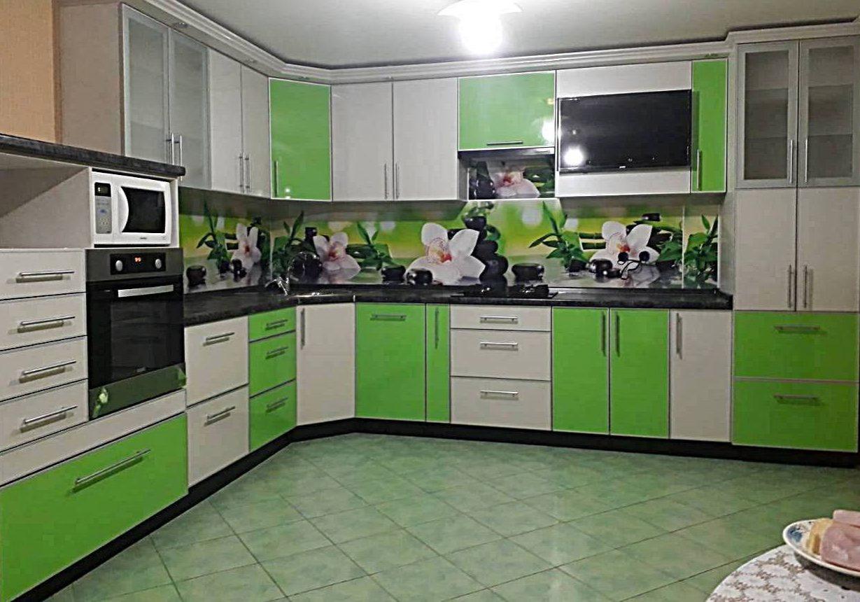Большая бело зеленая кухня