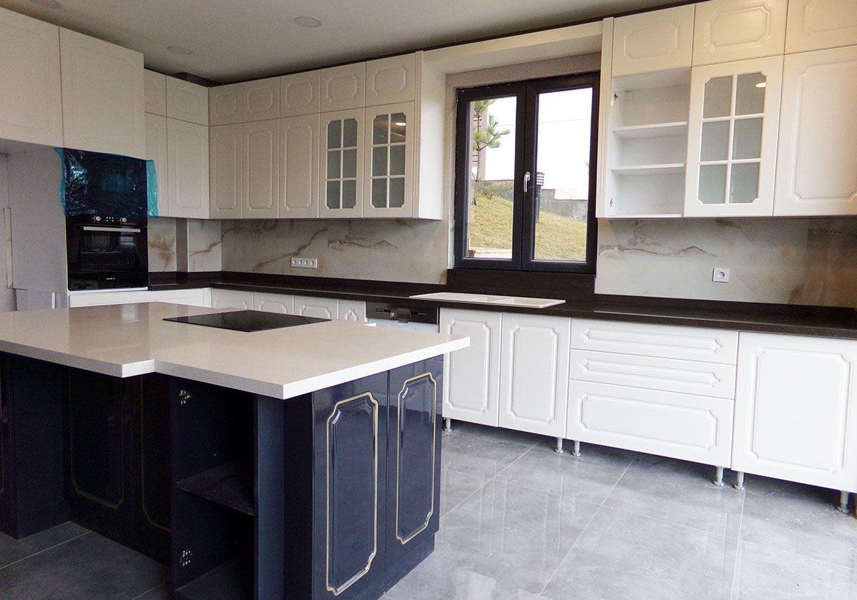 Большая черно-белая матовая кухня под окно, классика, с глянцевым островом