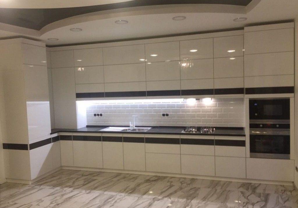 Большая черно-белая угловая кухня МДФ глянец