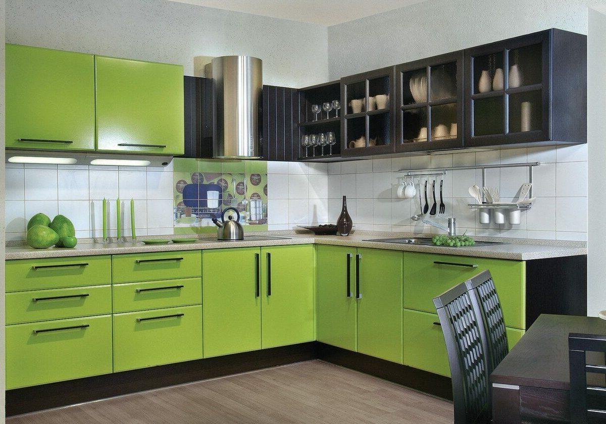 Большая черно-зеленая кухня МДФ пленка, плюс фасады эмаль черные