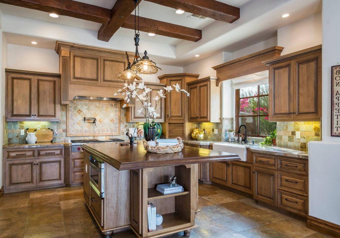 Большая деревянная кухня