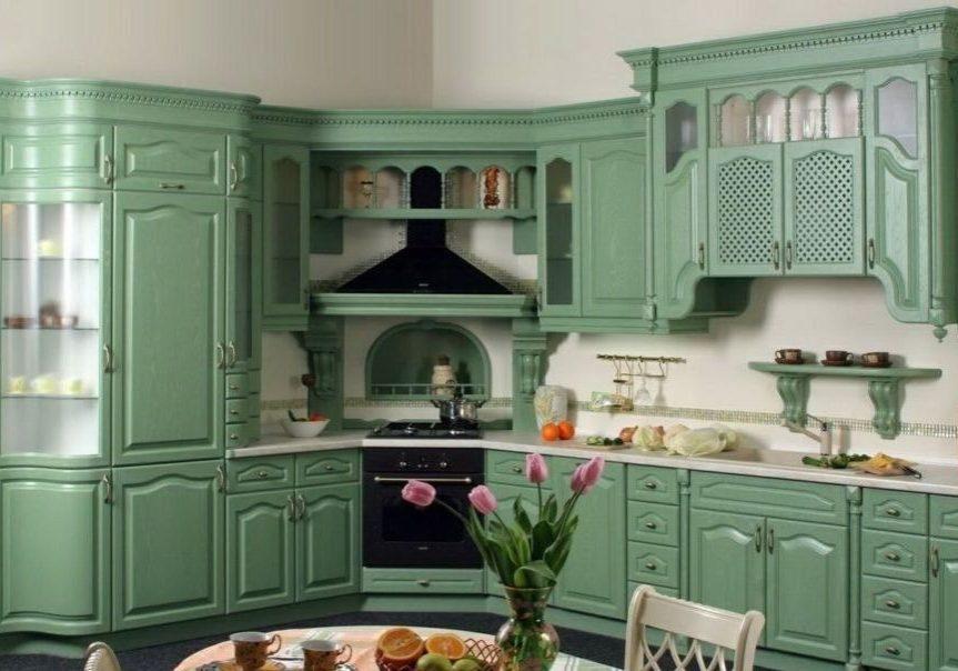 Большая классическая угловая кухня зеленого цвета с витрижами и золотистой патиной