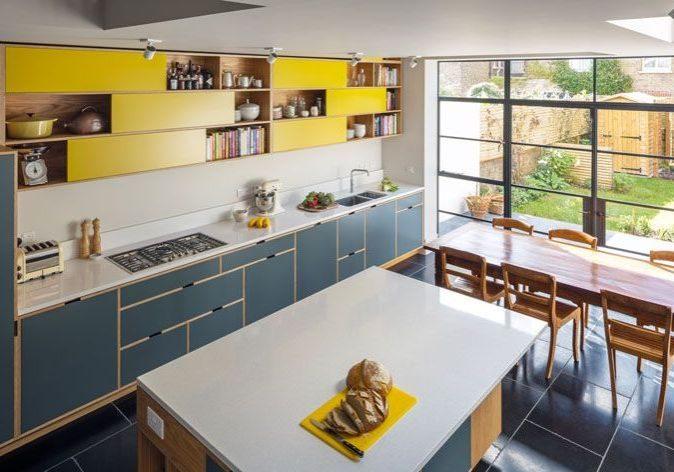 Большая красивая кухня из фанеры для дома