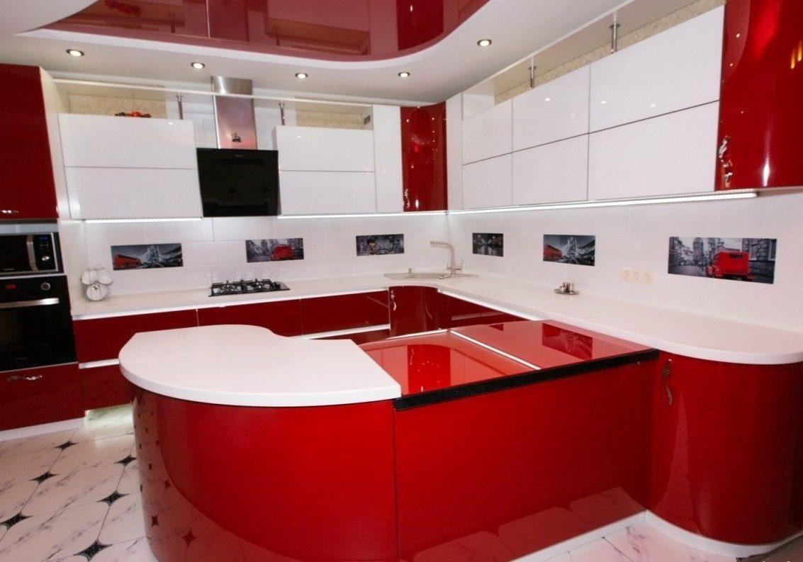 Большая красно-белая глянцевая кухня с барной стойкой, с островом