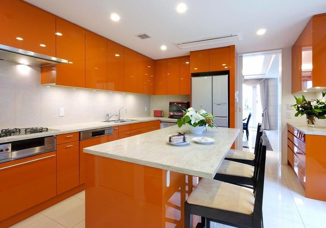 Большая кухня бело-оранжевая с островом глянец