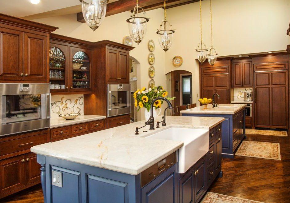 Большая кухня с деревянными фасадами