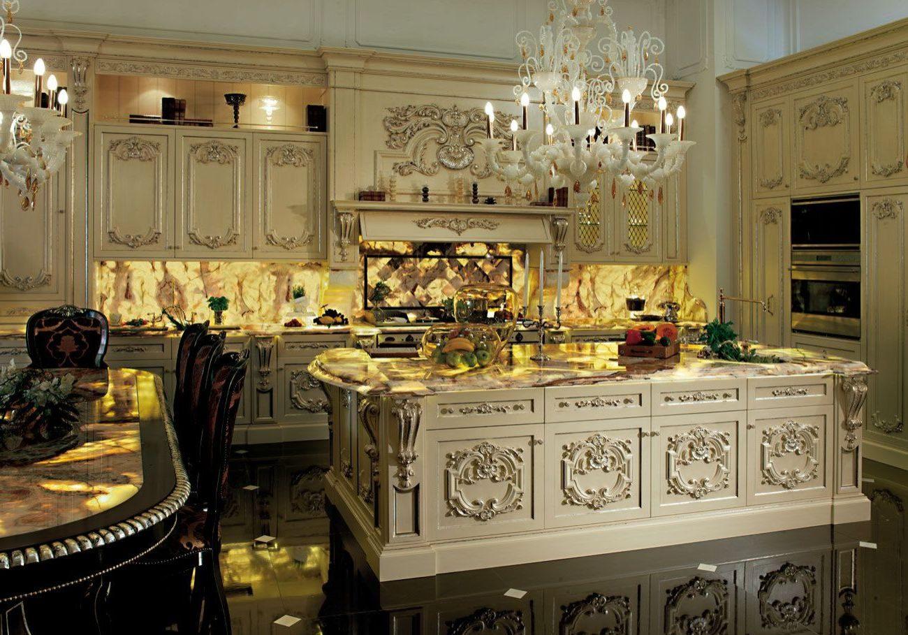 Большая кухня в стиле барокко с островом