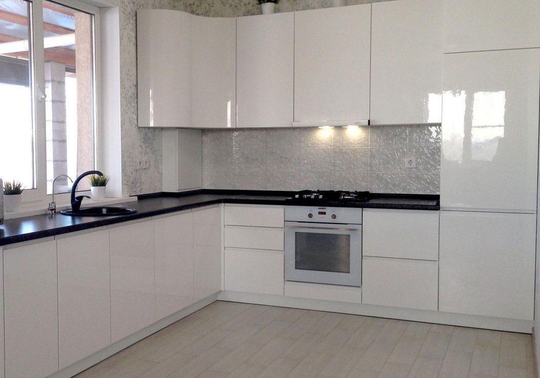 Большая угловая белая кухня глянец под окно