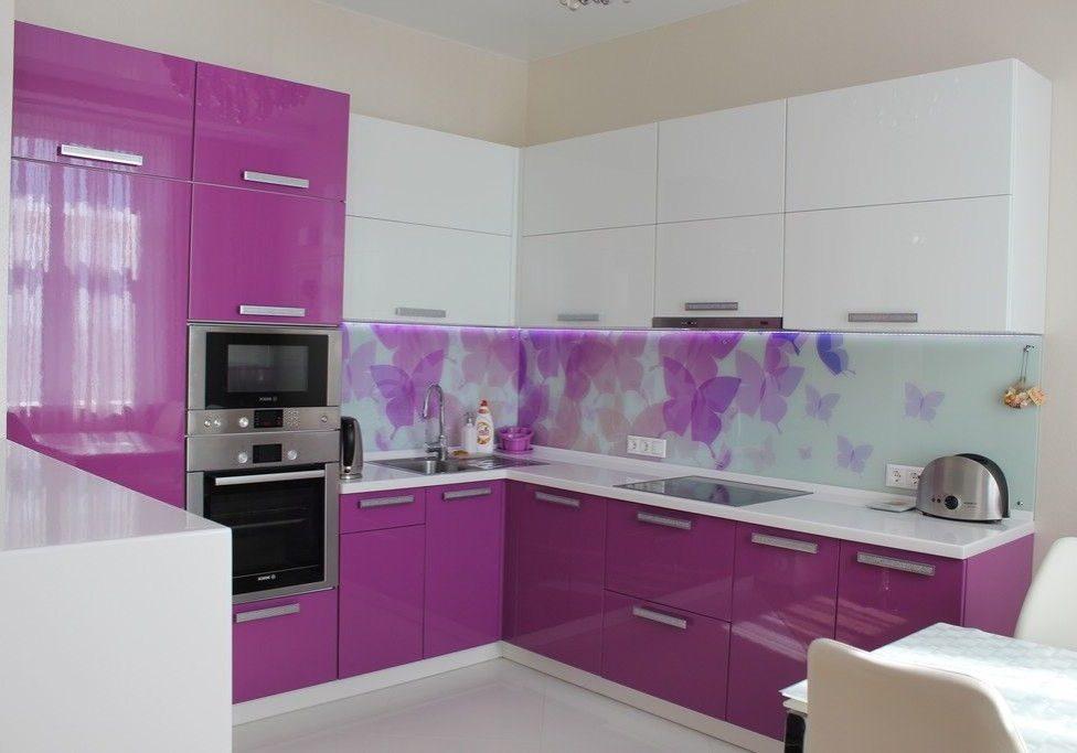 Большая угловая бело-фиолетовая кухня