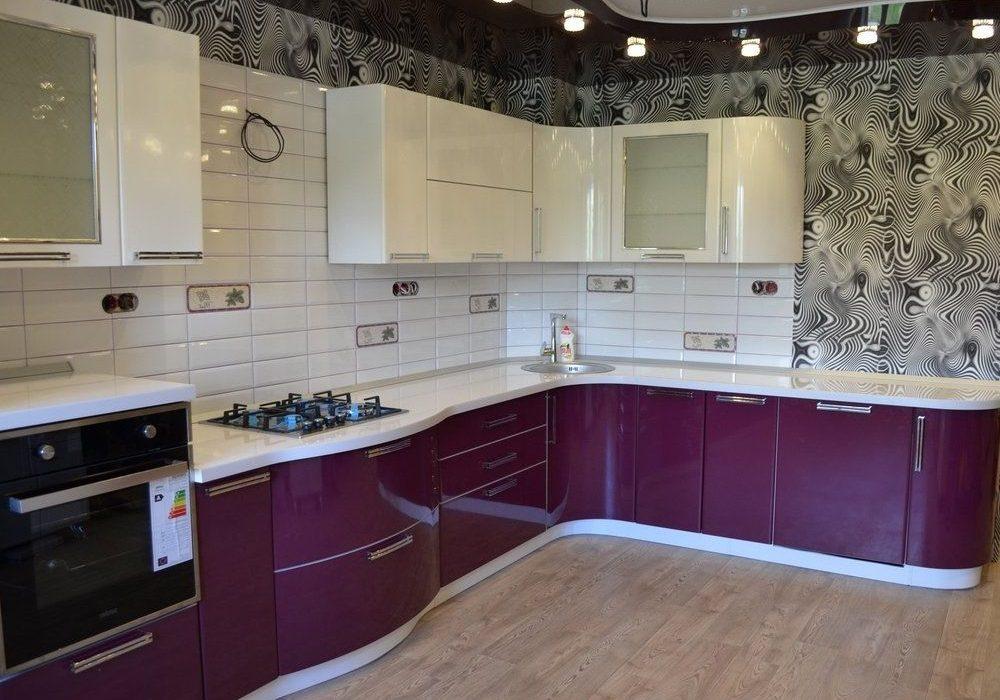 Большая угловая бело-фиолетовая кухня недорого