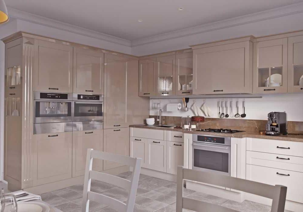 Большая угловая бело-коричневая кухня МДФ глянец, бежевый капучино