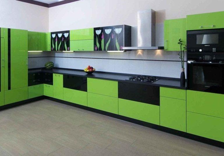 Большая угловая черно-зеленая кухня с рисунком