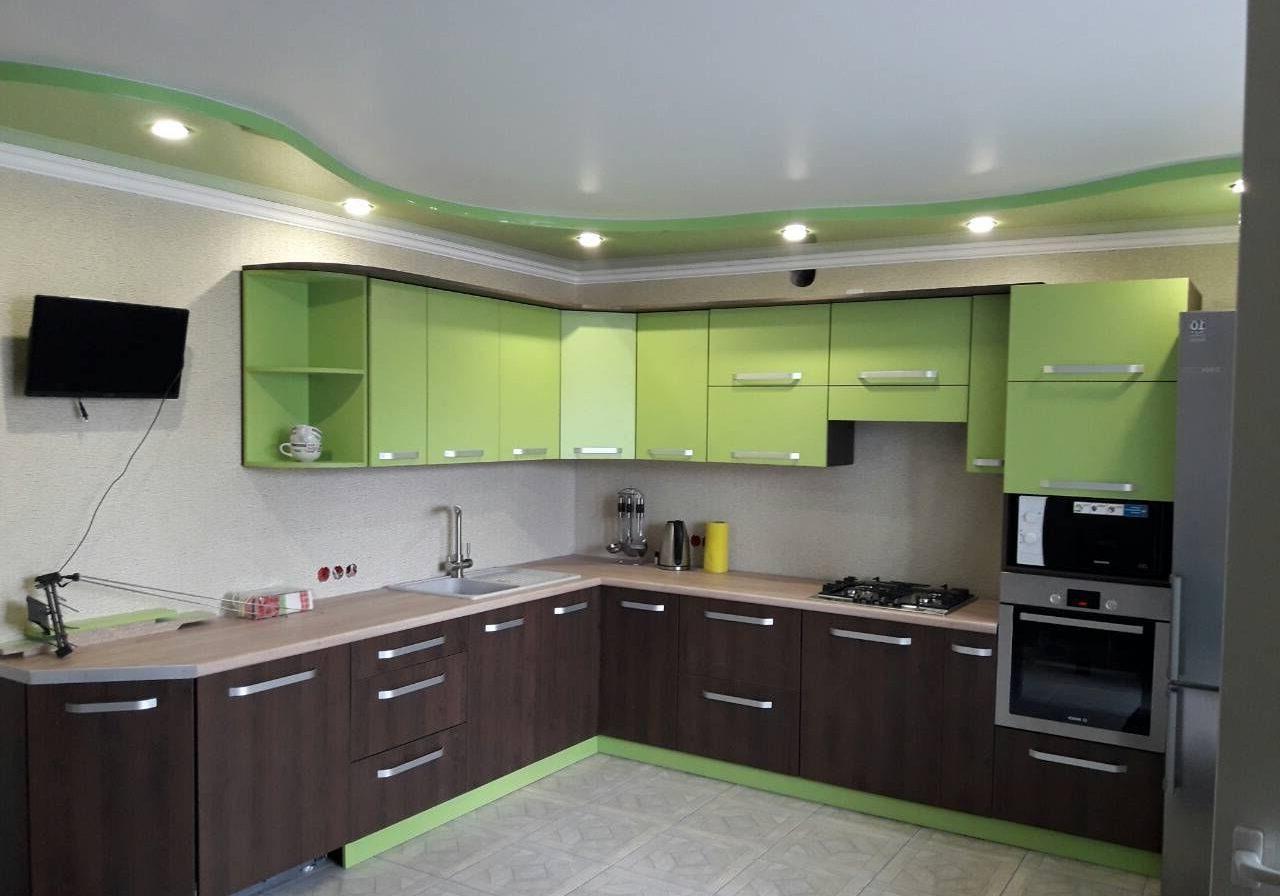 Большая угловая кухня МДФ пленка с фасадами зеленого цвета и под дерево
