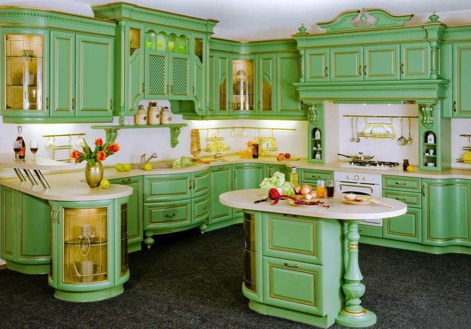 Большая угловая кухня в стиле классика зеленого цвета, немного доработать и будет барокко