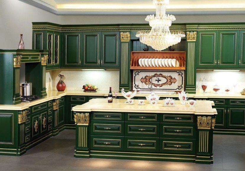 Большая угловая кухня зеленого цвета с островом и золотистой патиной, Фасады крашенный МДФ