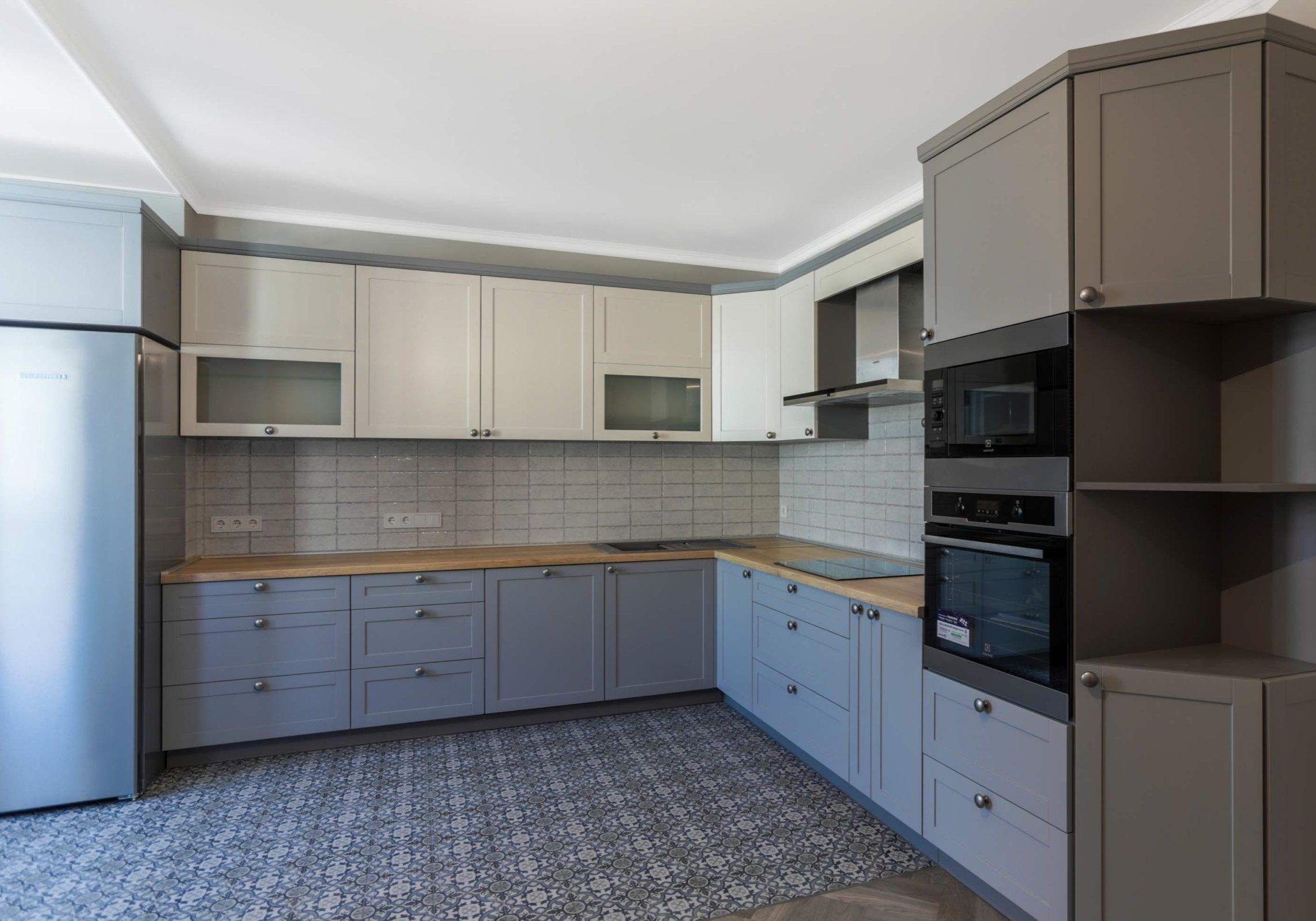 Большая угловая серо-белая кухня с матовыми МДФ фасадами, модерн