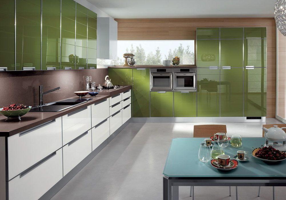 Большая угловая зеленая кухня глянец с фасадами пластик